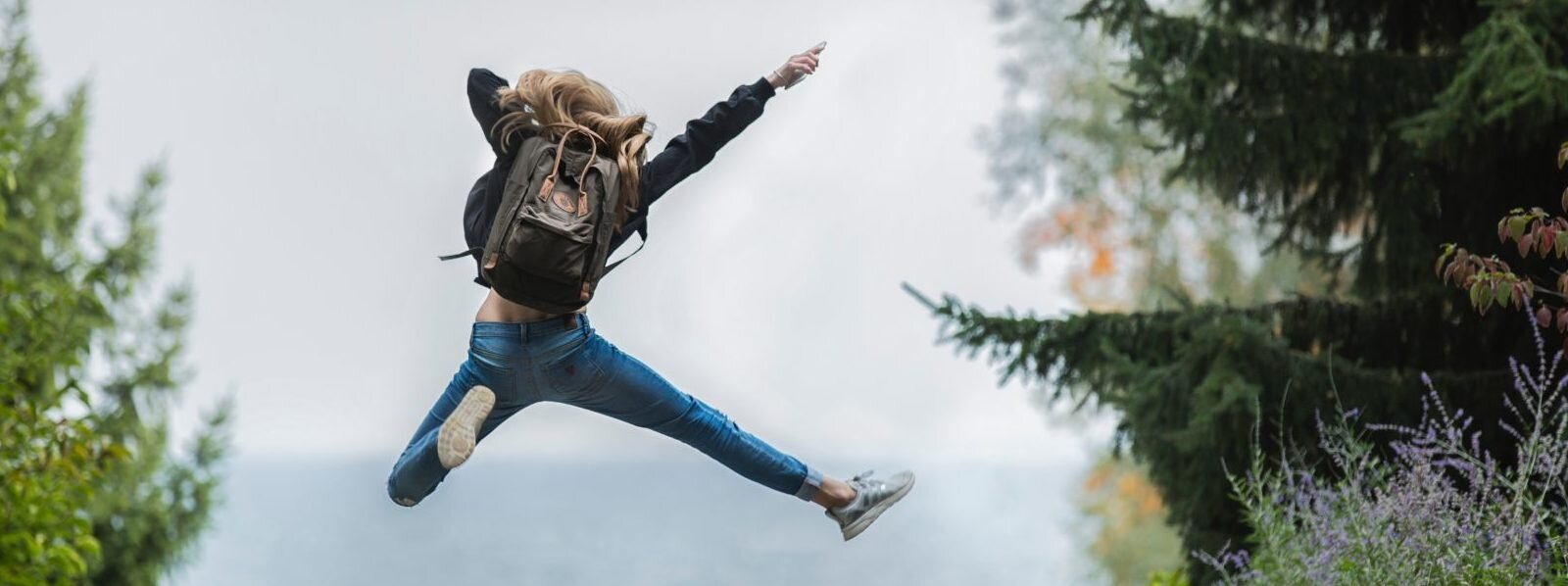 backpack-blonde-hair-blur-214574-e1539026569184-1600x598.jpg