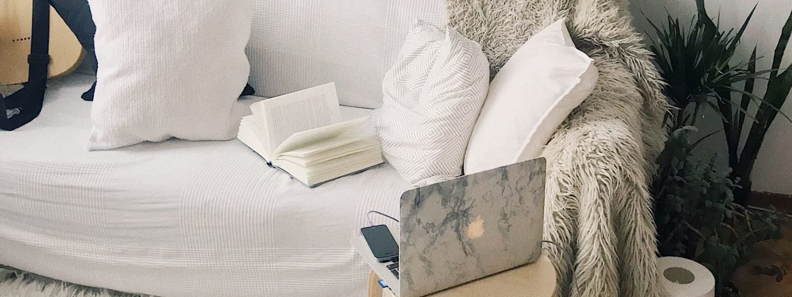 apartment-books-chair-698170-e1546536545401-1600x600.jpg