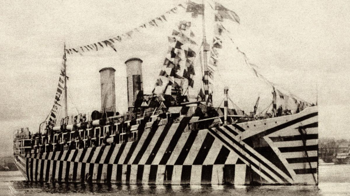 Isso é um navio da Primeira Guerra Mundial com a camuflagem dazzle