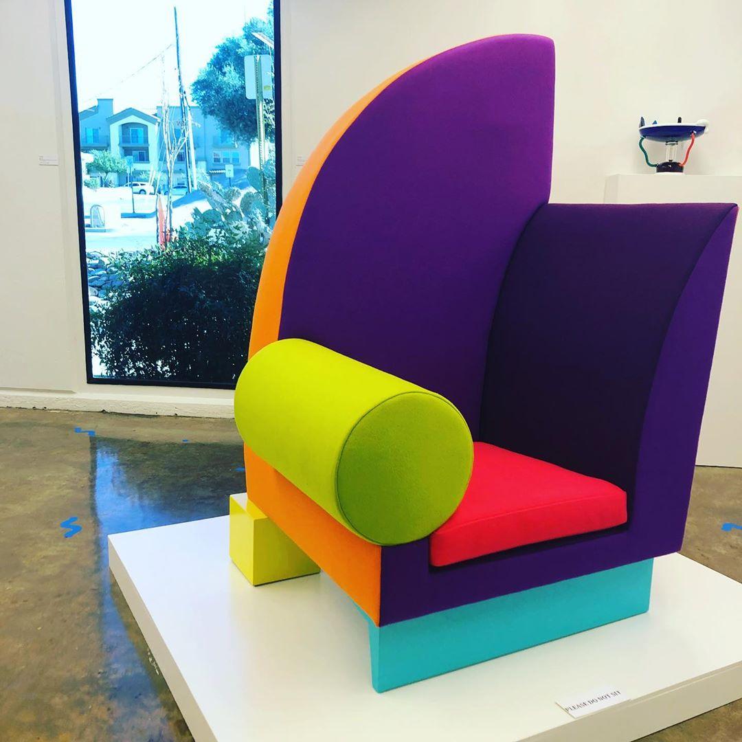 Cadeira  Bel Air  de  Peter Shire  na exposição do Moca (Museum of Contemporary Art Tucson)