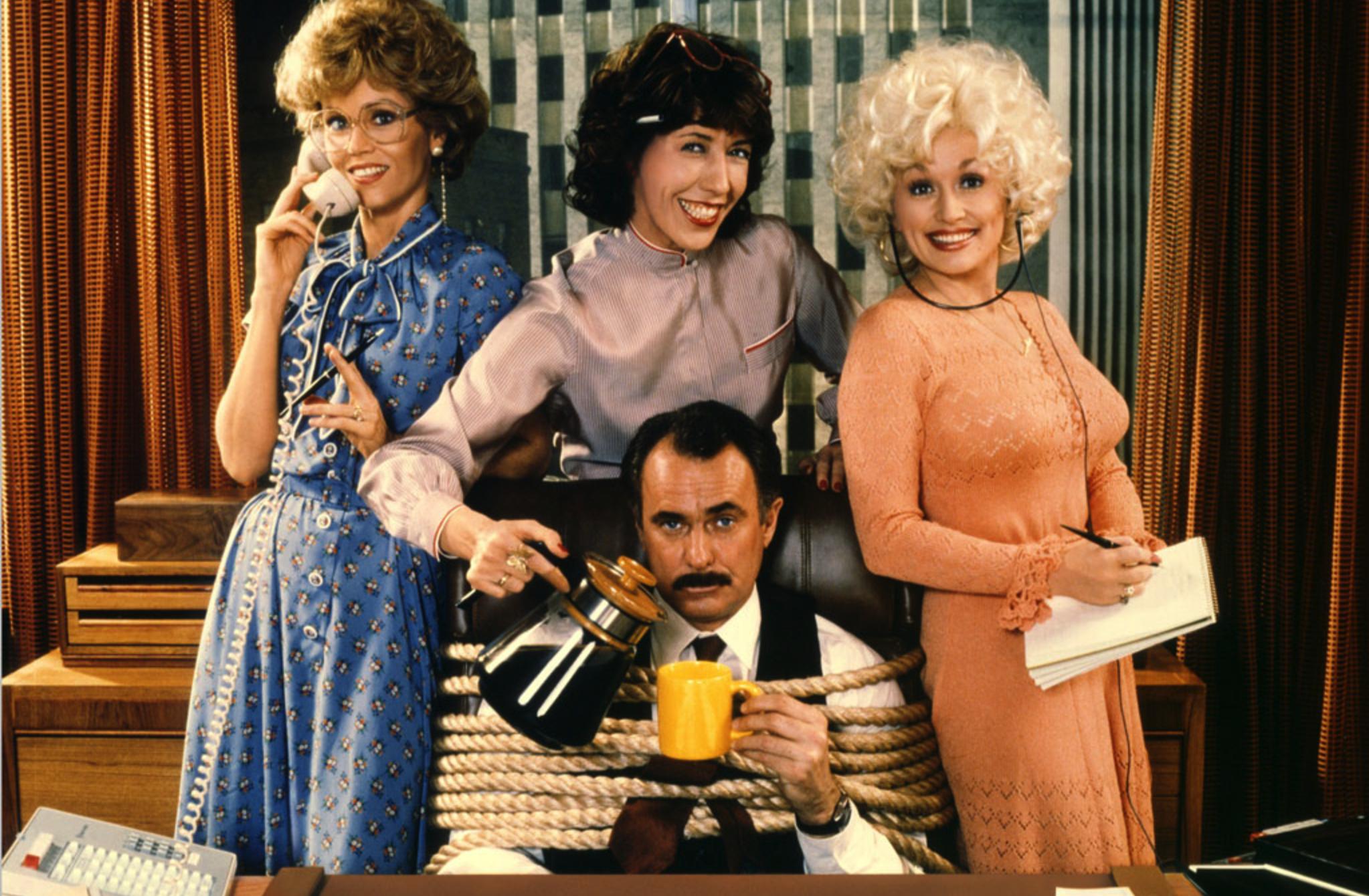 Como Eliminar seu Chefe (1980) - Ou, em inglês, 9 to 5. Quem não assistiu esse clássico com a trinca Jane Fonda, Lily Tomlin e Dolly Parton não sabe o que perde!