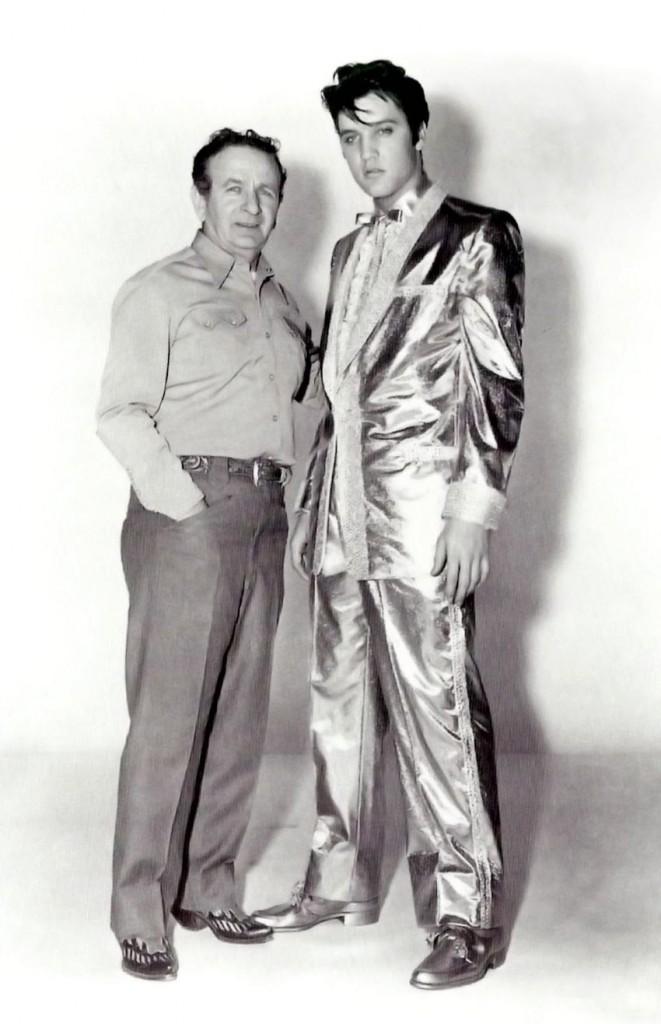 We are golden - Lookinho discreto: esse é o Nudie Cohn com Elvis Presley em si, na seção de fotos da capa do álbum 50,000,000 Elvis Fans Can't Be Wrong