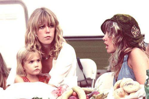 Jenny Boyd com Lucy Fleetwood no colo e Stevie Nicks