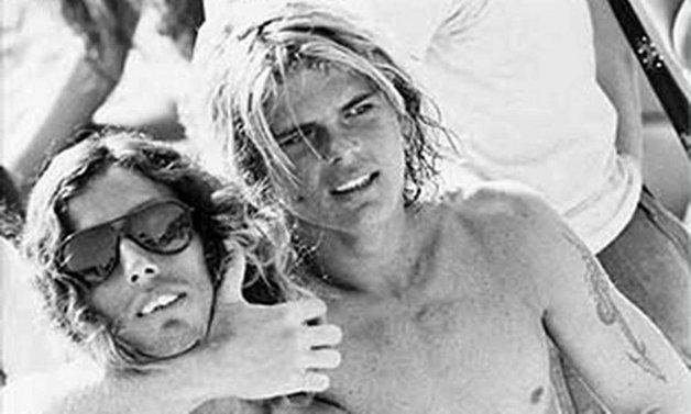 Petit abraça o amigo Rico, também surfista