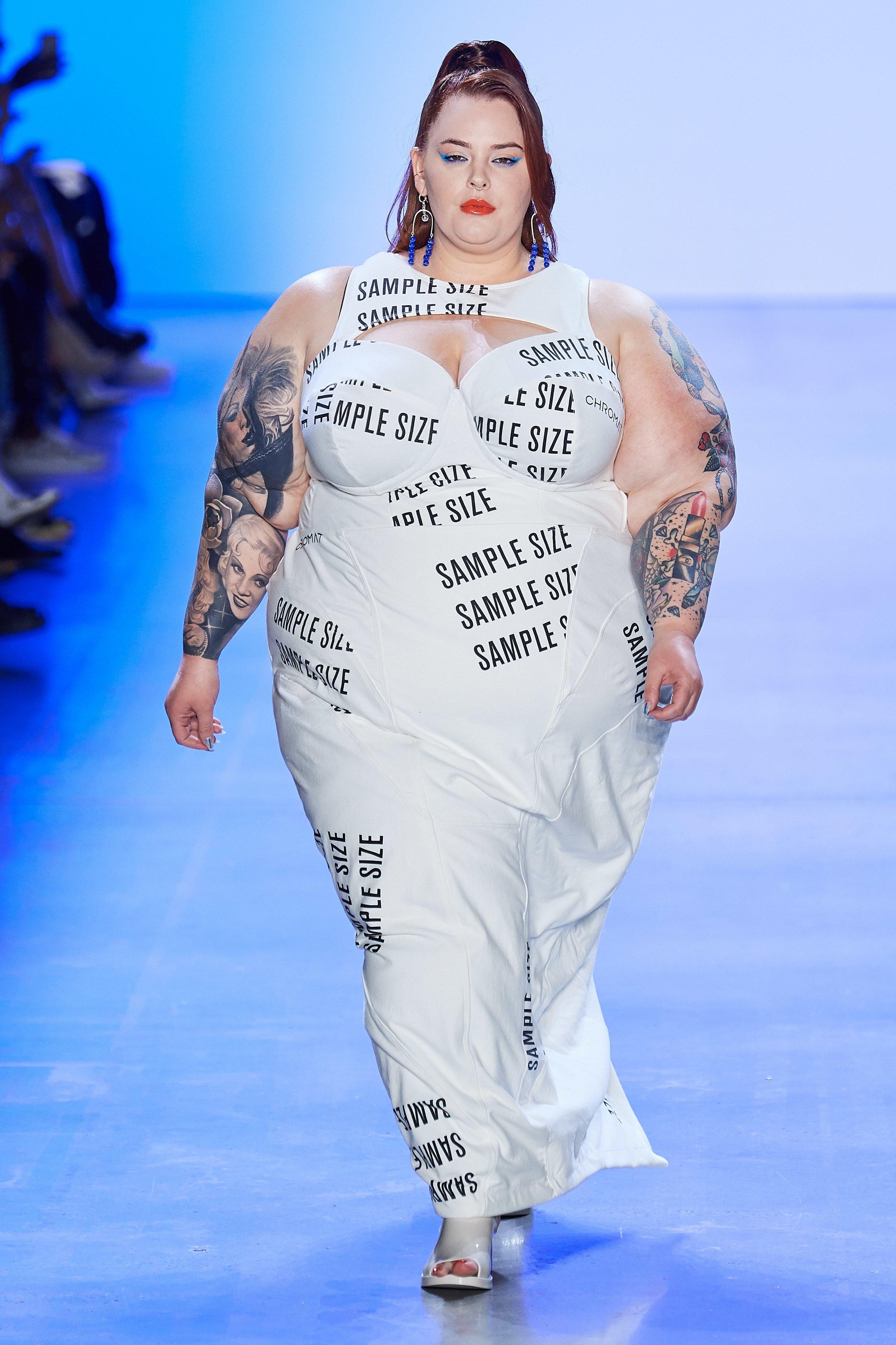 Chromat - O sample size é tipo a peça piloto, geralmente produzida num tamanho pequeno. O vestido usado por Tess Holliday, que é atriz, modelo e ativista do body positive, é irônico, uma crítica bem humorada à indústria que ainda discrimina o corpo gordo