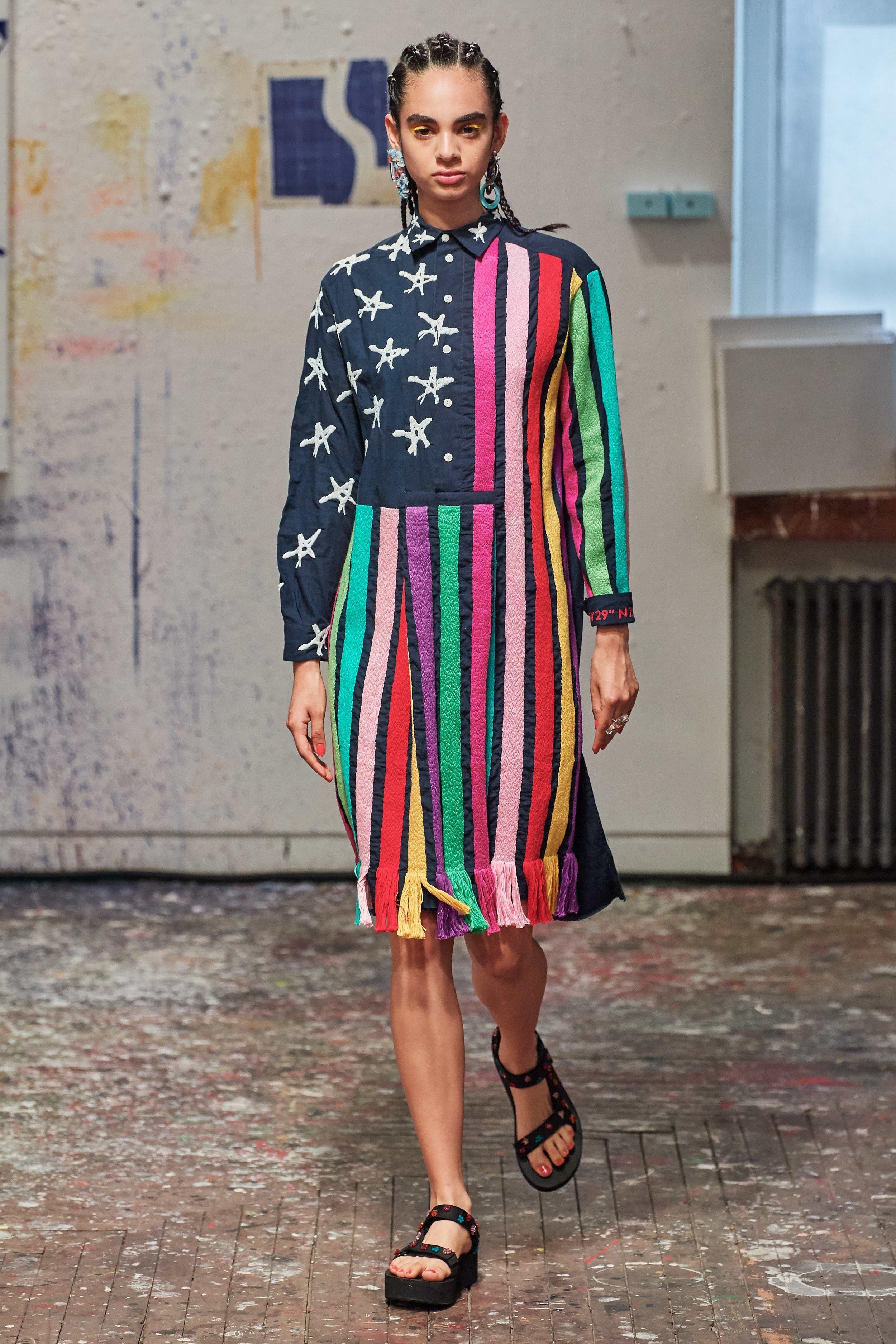 Jonathan Cohen - Esse look que remete à bandeira norte-americana (com arco-íris, é bom salientar) é bordado por mulheres da Cidade do México, de onde a família de Cohen vem. E a modelo é mexicana. Também gostei da papete que ela usa, com umas florzinhas naïf aplicadas