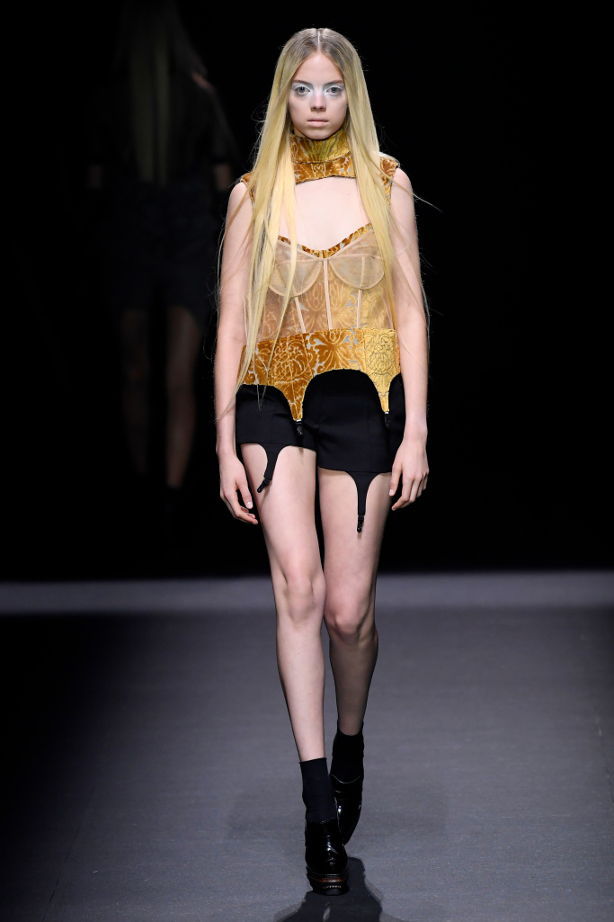 Vera Wang - Essa coisa boudoir chic com toques dark da estilista que é tão conhecida pelas suas noivas é instigante - e bonita!