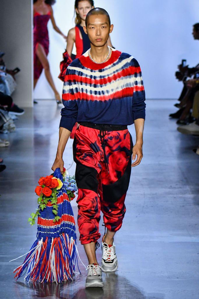 Tie dye, I die - O do Prabal Gurung, em um desfile bem bonito, é um dos mais legais. Tie dye é uma tendência que o povo tá insistindo, né? Não sou muito fã, não, gosto quando é mais trasheira para usar de um jeito irônico kkkkk #hipster