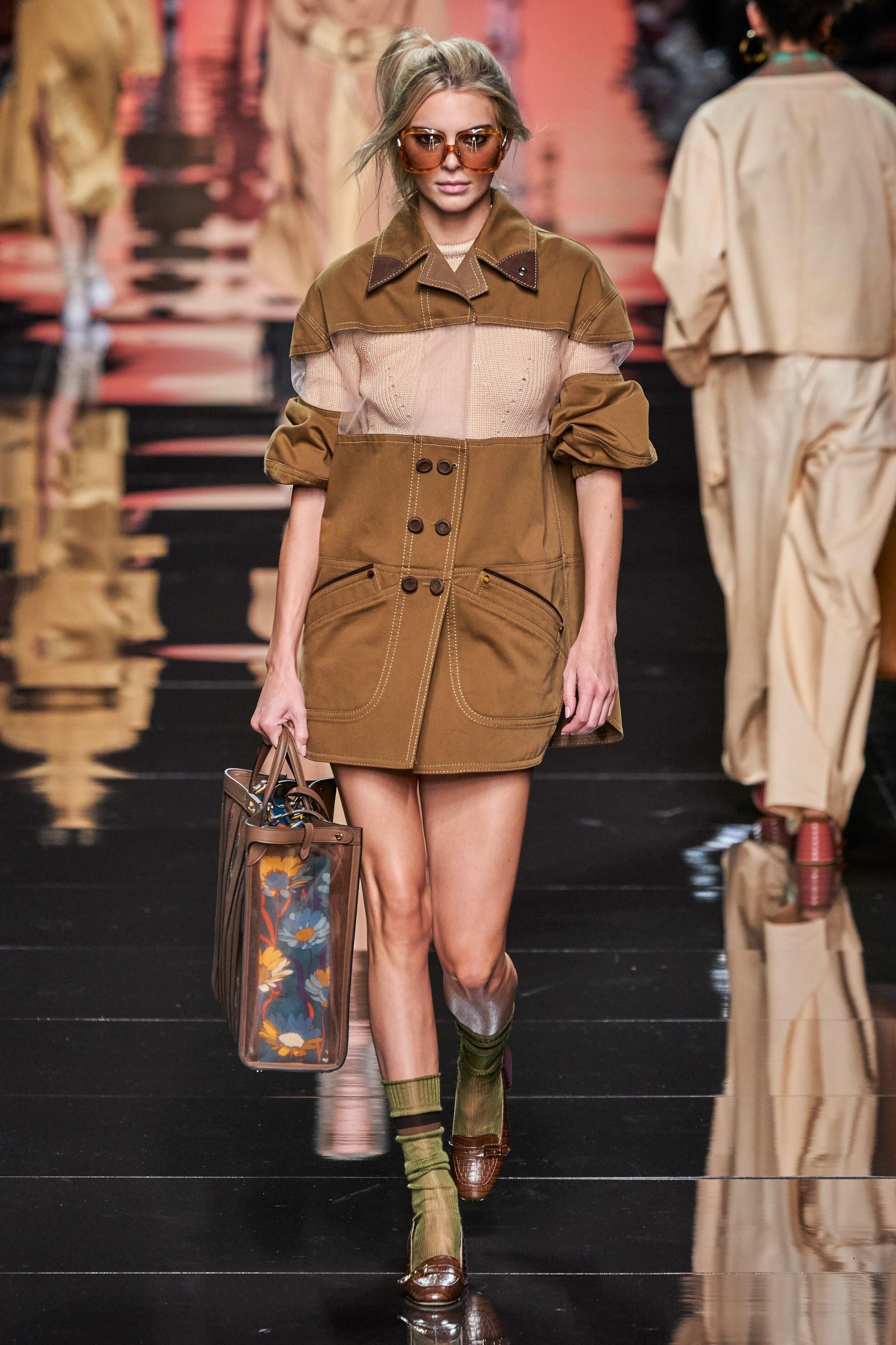 E esse look? - Gosto da transparência no peito e na bolsa, da meia verde com o sapato marrom… direto do desfile da Fendi. E esse curto com abotoamento duplo me lembra os…