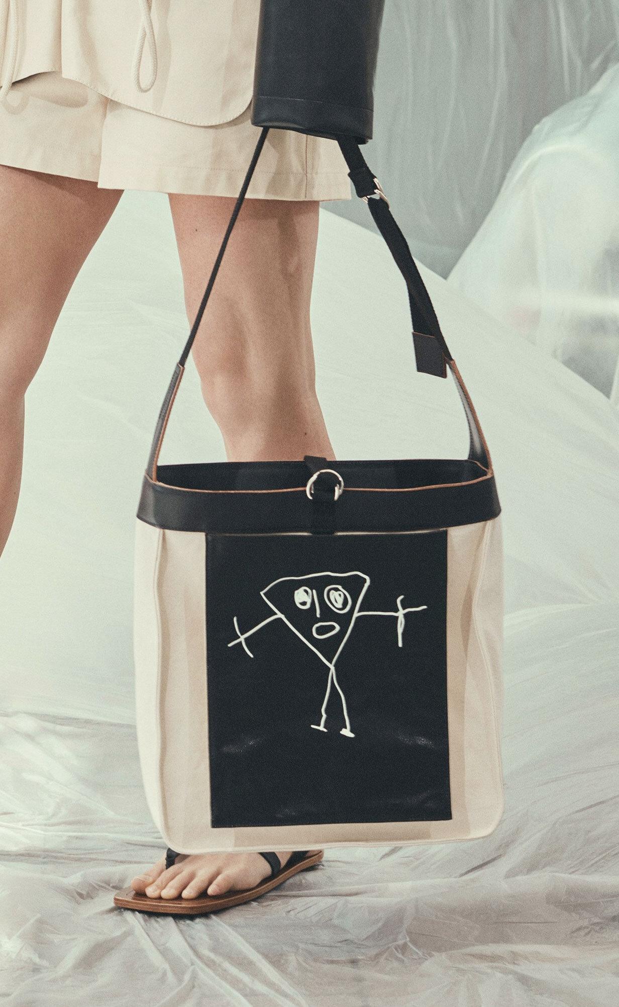 Gosto dessa bolsa porque o desenho parece o… Crackinho - É da Plan C, a marca da Carolina Castiglioni (filha da fundadora da Marni)