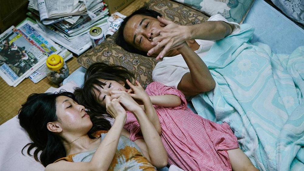Em cena, os atores Sakura Andô, Miyu Sasaki e Lily Franky (sim, o nome dele é Lily Franky)