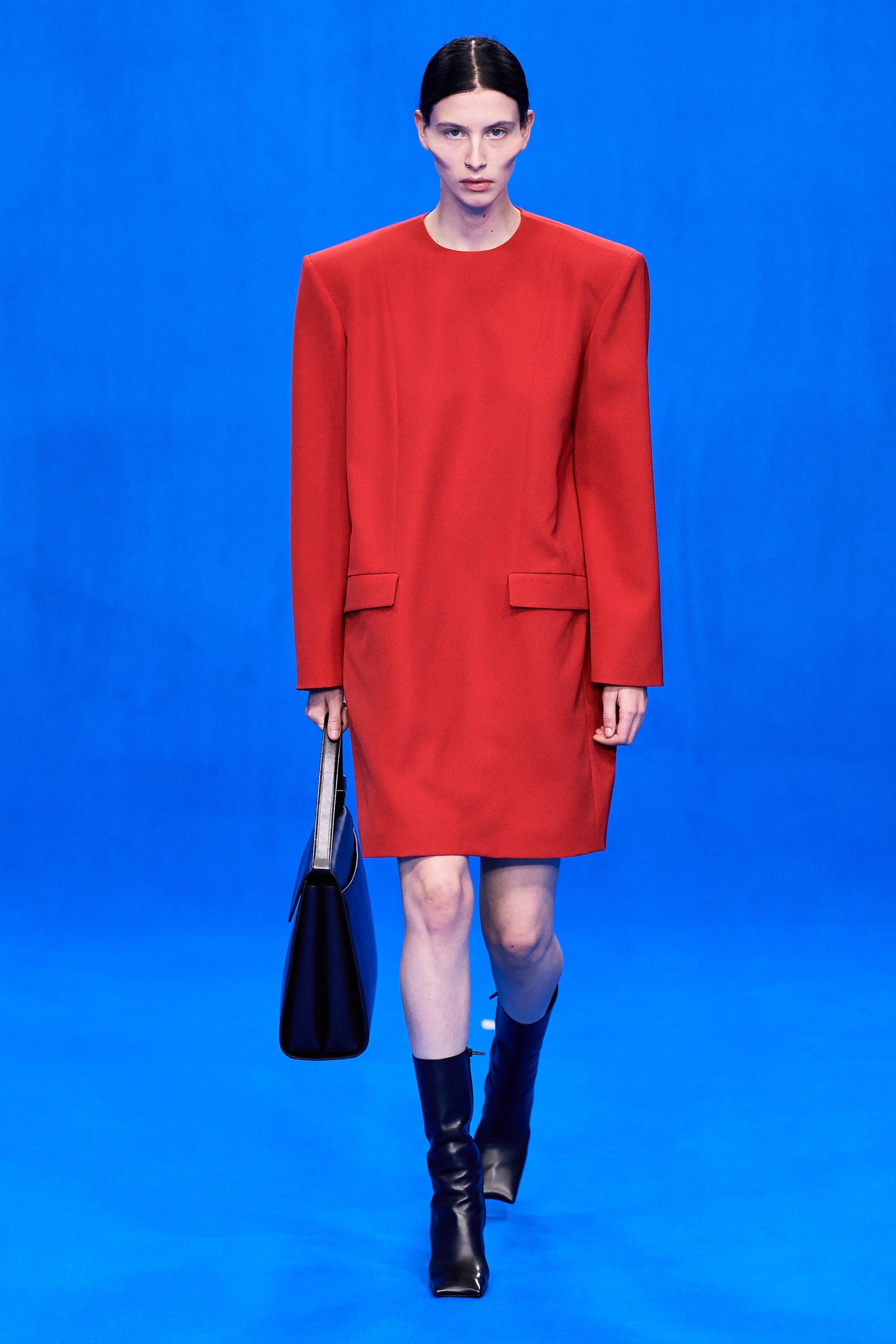 Born this way - Algumas modelos ganham esse rosto anguloso tipo Lady Gaga. Esse é um dos vestidos com cara de alfaiataria, de