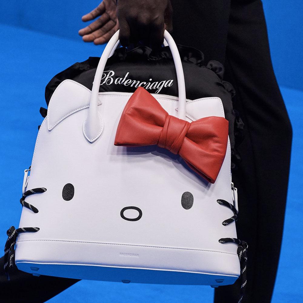 Olha quem veio para a festa - Tem outras versões de cor. Mais uma vez a ironia bomba quando, em uma coleção tão adulta e séria, Gvasalia encaixa uma Hello Kitty gigante!
