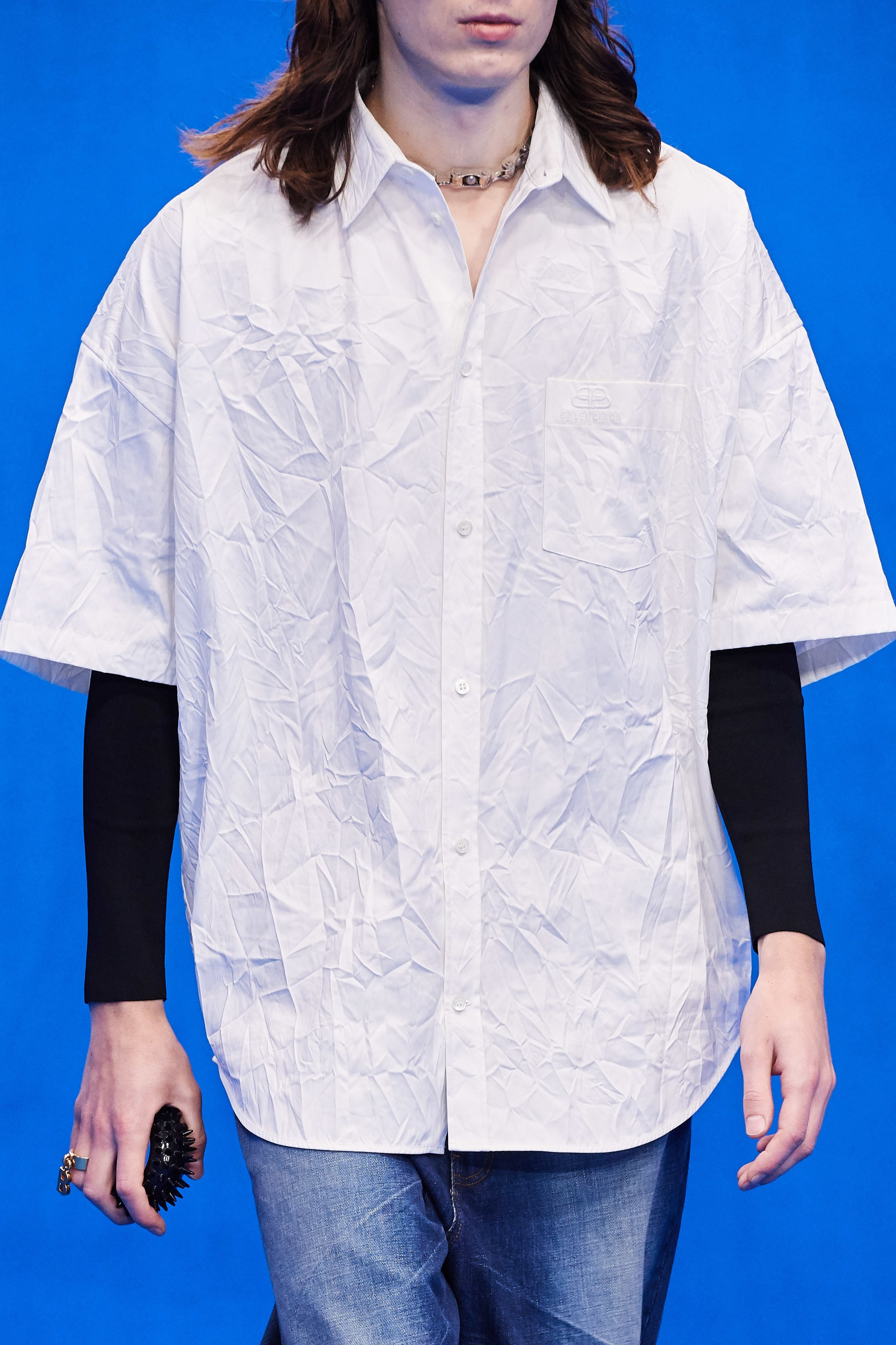 A camisa também amassou - E a gargantilha de corrente de bicicleta? Fiquei me perguntando o que é esse negocinho com espinhos de plástico - será que é um massageador? kkkk