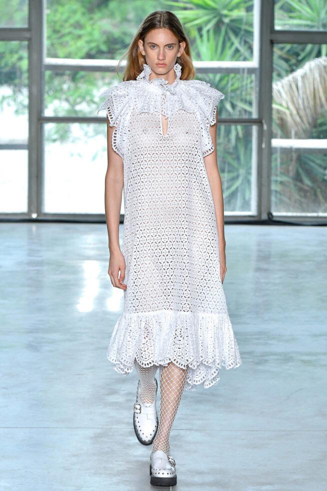 Branco com atitude - Reinaldo Lourenço arrasando nesse vestido leve que, no styling, virou do rock!