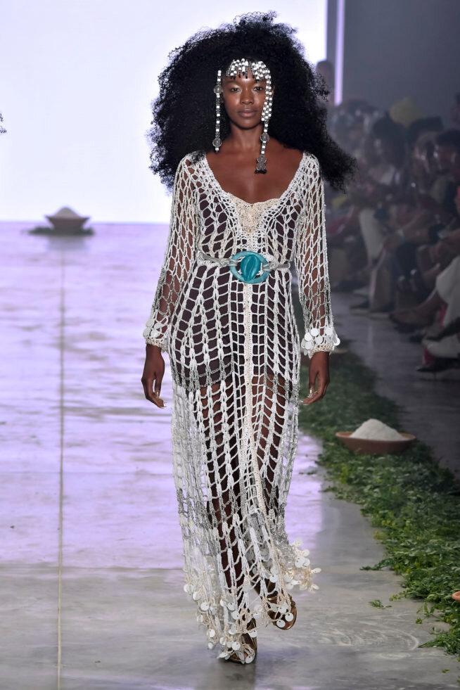 Os primeiros dois looks, em crochê - são uma parceria com Samira Carvalho, essa mulher linda que está desfilando. Samira, que é atriz e modelo, também é dona da marca Sambento