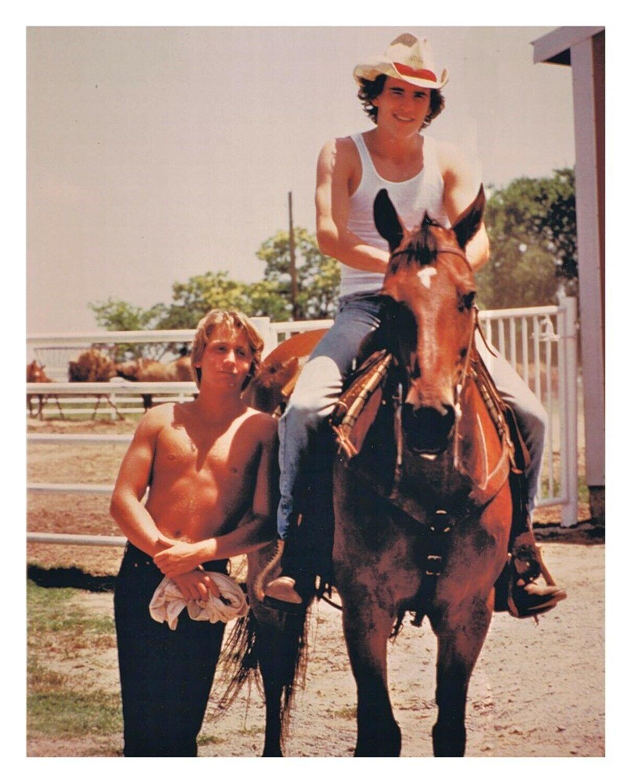 Emilio Estevez e Matt Dillon - E Toyota, o cavalo de Hinton, no set de Tex: Um Retrato da Juventude