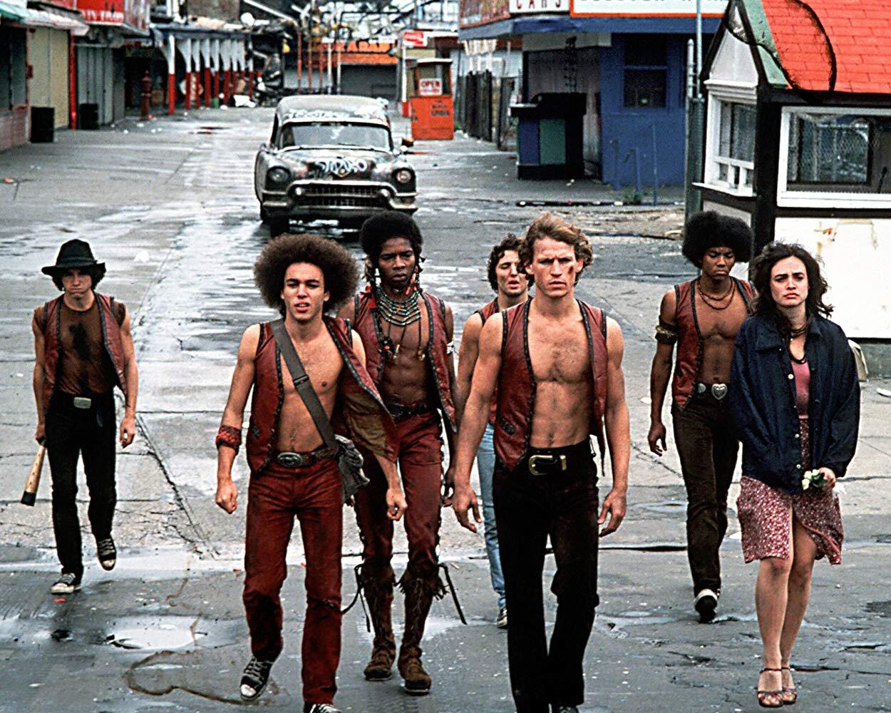 Cena do clássico  Os Selvagens da Noite  de Walter Hill, o mesmo diretor de  Ruas de Fogo  (1984) e que quase dirigiu  Alien, o Oitavo Passageiro  (1979) - que como todo mundo já sabe foi parar nas mãos de  Ridley Scott  e virou um classicão