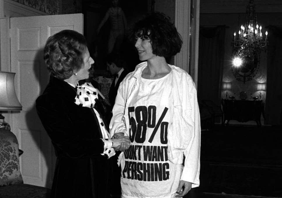 """Lê-se """"58% não quer  Pershing """", em referência a uma pesquisa sobre base com mísseis Pershing no   Reino Unido  . Hamnett sempre teve um posicionamento político  pacifista , e sempre foi muito vocal sobre o assunto"""