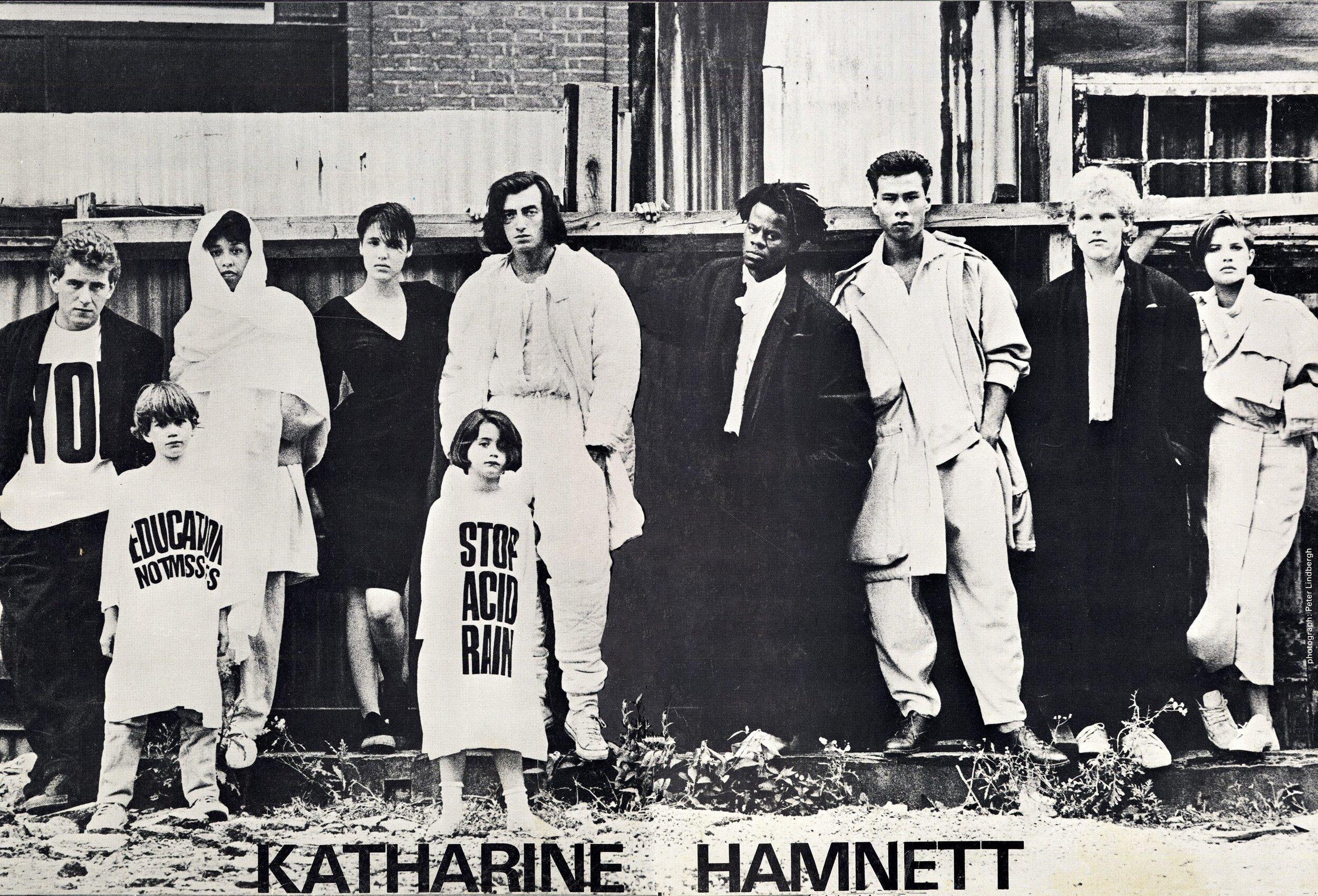 Campanha da marca homônima de Hamnett, que hoje é bem menor do que já foi mas tem ensaiado uma volta maior