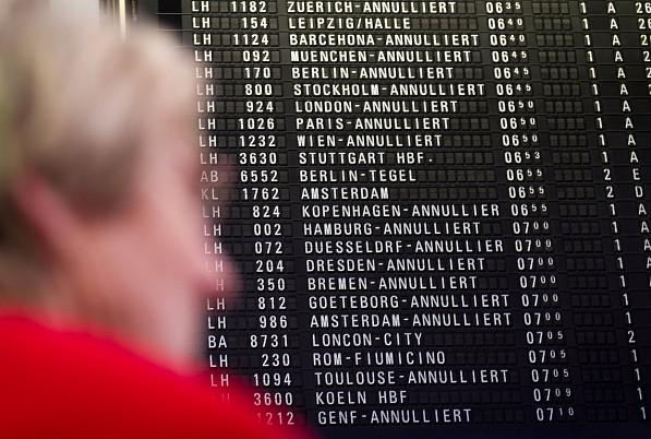Eine Anzeigetafel weist auf gestrichene Flüge hin. © dpa /Christoph Schmidt