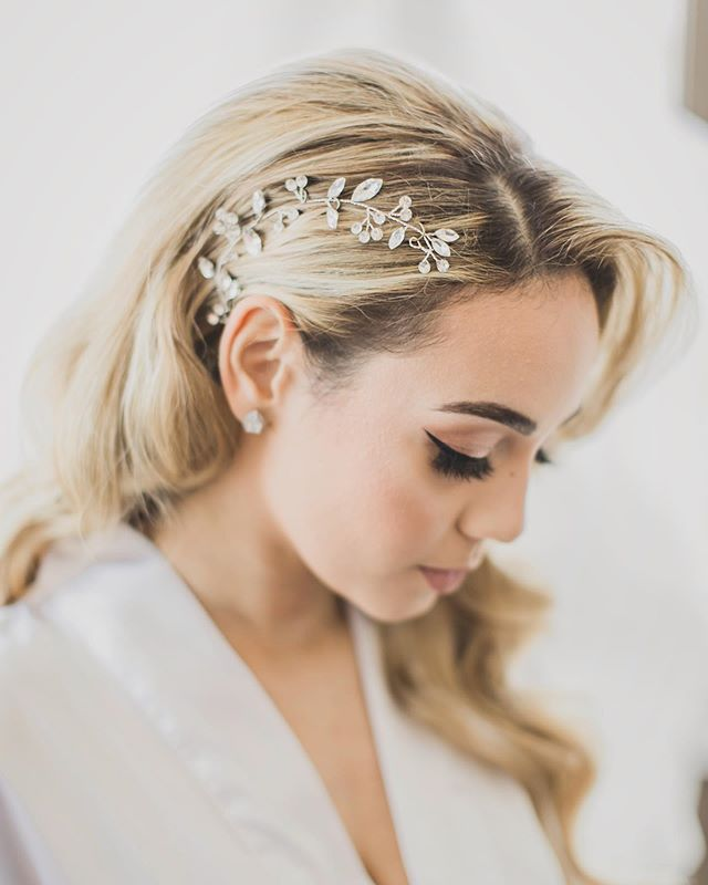 Accessories are a bride's best friend! 👰🏼 . . . #weddingvideography #weddingphotography #weddingplanning #luxurywedding #bridetobe #bridalhair #weddinghairstyles #stylemepretty #bridalmakeup #bridaltrends #bridesmaidhair #bridalaccessories #justmarried #weddinginspo #greenweddingshoes #weddingdress #bridalstyle #theknot #weddingwire