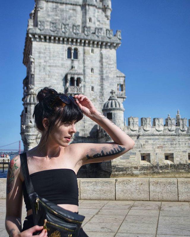 The prodigal daughter returns! 😎 Portugal var varmt, vakkert og VIDUNDERLIG! 10/10 would recommend 👌  Jeg har tenkt litt uttafor boksen (hehe get it?) og klinker til med en serie reiseinnlegg fra Portugal på Uttafor Boksen ➡️ les om våre topp 3 Lisboa favoritter på www.uttafor-boksen.no!  Kom vinterdepresjon og treng deg på, her skal du motstand finne 🥶  #uttaforboksen #nerdblog #nyttinnlegg #bloggbedre #norwegianblogger #geektattoo #tattolove #tatovering #ringenesherre #lordoftheringsfan #lordoftheringsbooks #jrrtolkien #tolkien #fellowshipoftherings #fantattoo #beautyandthebeasttattoo #tattolove #lordoftheringstattoo #lotrtattoo #girlwithink #disneytattooworld #Disneytattoo #portugal_photos #lisbonlovers #lisbontravel #lisbontraveltips #ambisiøsebloggere #norskblogger