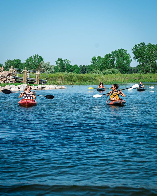 Every group goes at their own pace... That's why we charge by the day, not the hour! 🌊 🚣♀️ #missourikayakadventures #hittheriver #getoutside #adventure #photography #friends #kayaking #paddling #ndlegendary