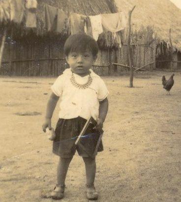 Cebaldo Inawinapi (en las calles de su aldea marina, con un pedazo de pan en una mano y en la otra una pizarra para garabatear palabras. años 50)
