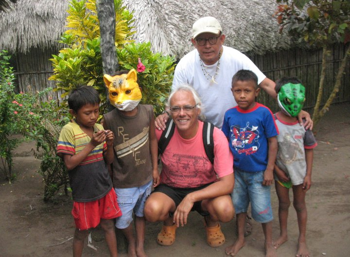 Con un grupo de niños amigos, en la comunidad de Armila (este de Kuna Yala)