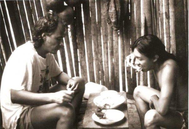 """¿Será que por eso en una antigua lengua para decir compañero se dice """"cum pañis"""" …que quiere decir, """"aquel con el que comparto mi pan""""? Jorge y Ologwagdi, en Gangandi, Dule Nega, 1990, compartiendo un sabroso manjar."""
