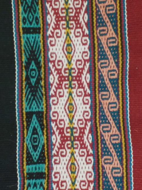 """""""…fascinado también con la belleza de sus textiles llenos de significados.""""   Trabajo de la Sra. Isabel, de la comunidad de Amaru, Cuzco"""