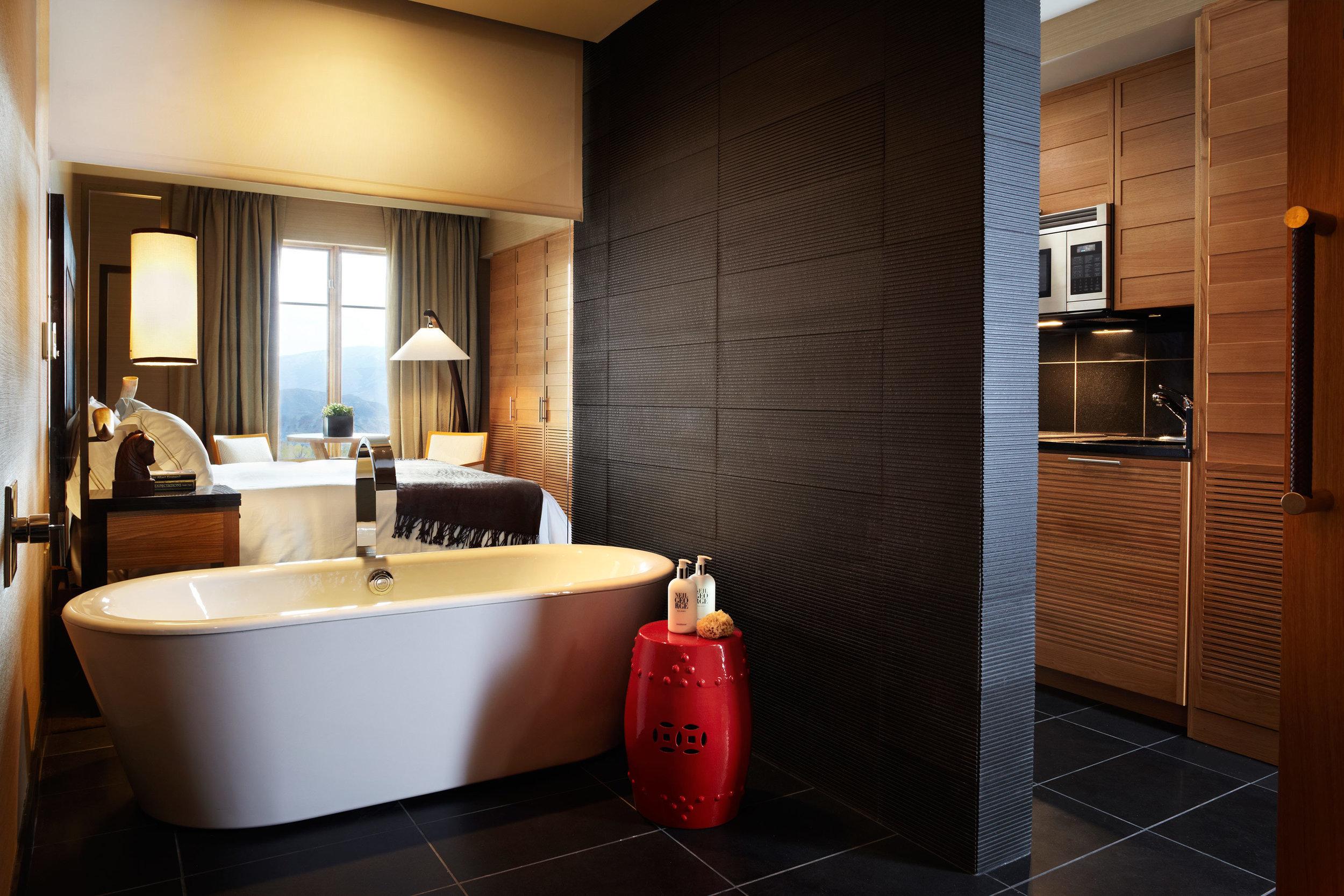 bath-bedroom-luxury-scenic-views.jpeg