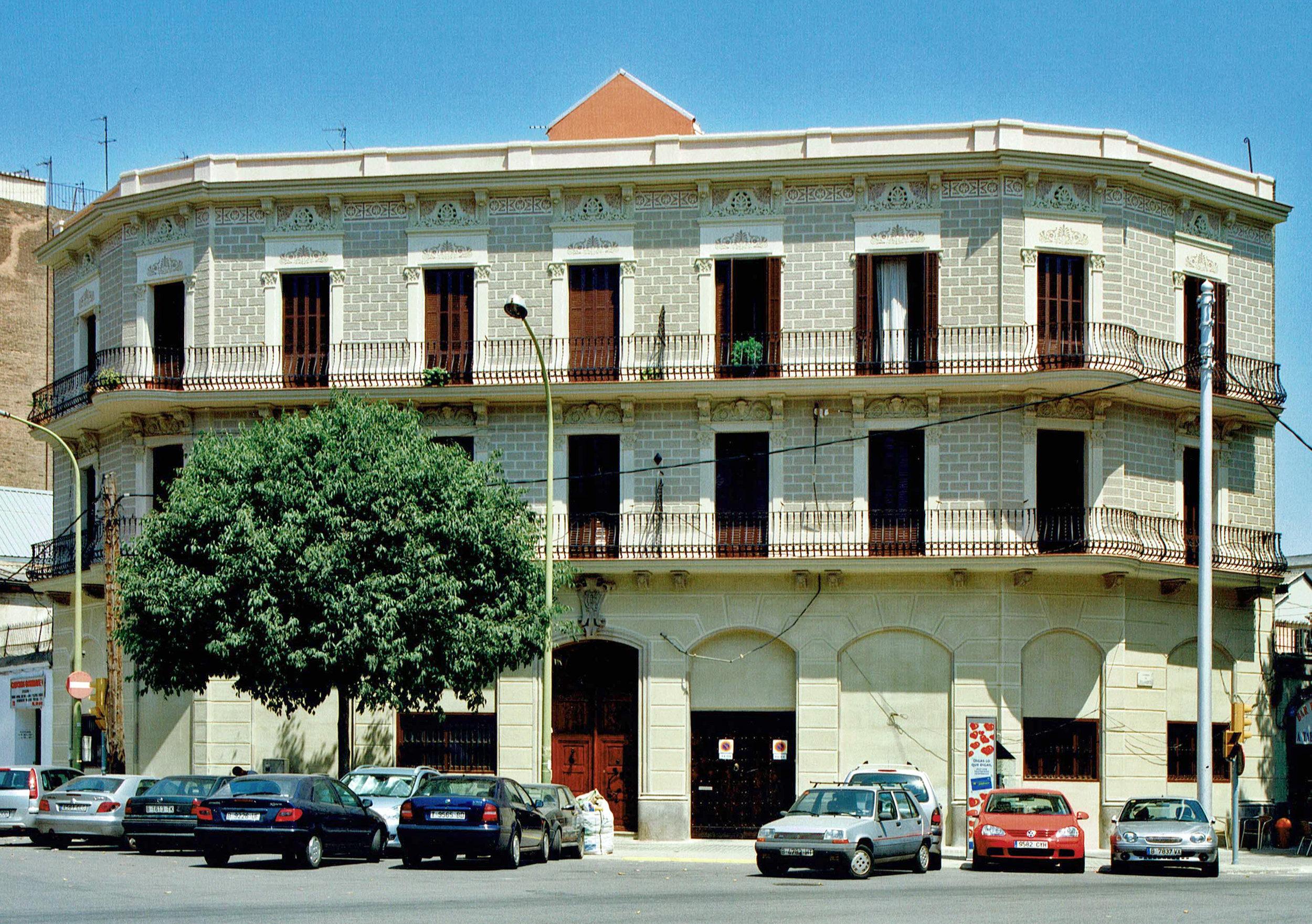 Pujades, 85  Nueva fachada del estuco tradicional.