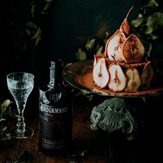 Gin of the Month ⠀ BROCKMANS GIN⠀ 40% / London / UK ⠀  Der Gin der Londoner Labels gehört zu den New Western Dry Gins und seine Zutatenliste ist international:   Wacholder aus der Toskana, Blaubeeren und Brombeeren aus Nordeuropa, Cassia-Zimt aus Indochina, Süßholz aus China, Zitronenschalen und Orangenschalen aus Murcia in Spanien, Koriander aus Bulgarien, Angelikawurzel aus Belgien und Sachsen, Mandeln aus Spanien und Iriswurzel aus Italien.   Der fruchtig-komplexe Gin eignet sich für Longdrinks, man kann ihn aber auch einfach pur genießen – am besten mit Eis, dann bekommt er eine würzigere, herbere Note.  @brockmansgin . . . . . #brockmansgin #Likenoother #ginspiration #ginlove  #ginstagram #ilovegin #ginislife #ginoclock #gintasting #instagin #ginspire #ginmeme #pressforgin #ginandtonic #gins #foodrecipe #foodie #foodandgin #gincitymunich #gincity #ginstagram #drinkstagram #drinklocal #ginoclock #gibdemlebeneinengin #werksviertel #werksviertelmitte #werk12 #munich #cheers