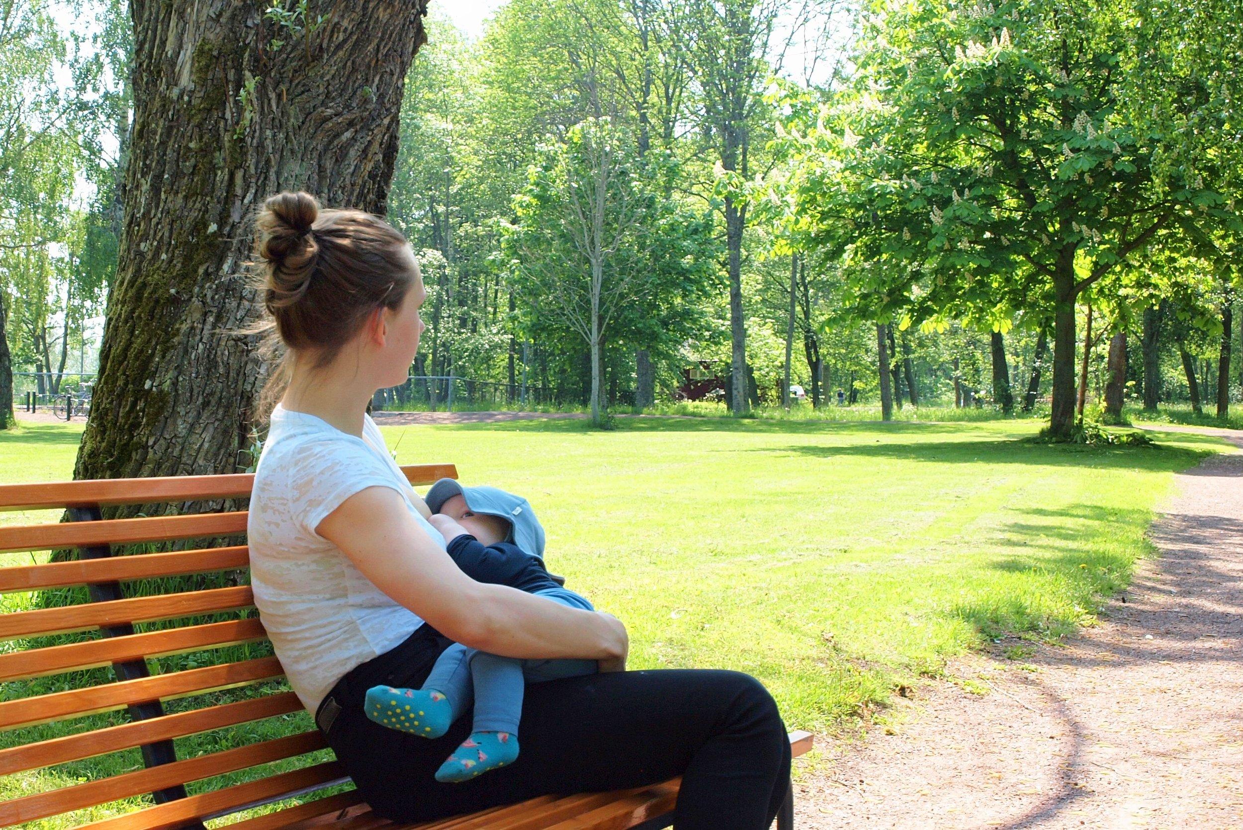 Imetyksellä on useita terveydellisiä hyötyjä niin äidille kuin lapsellekin.