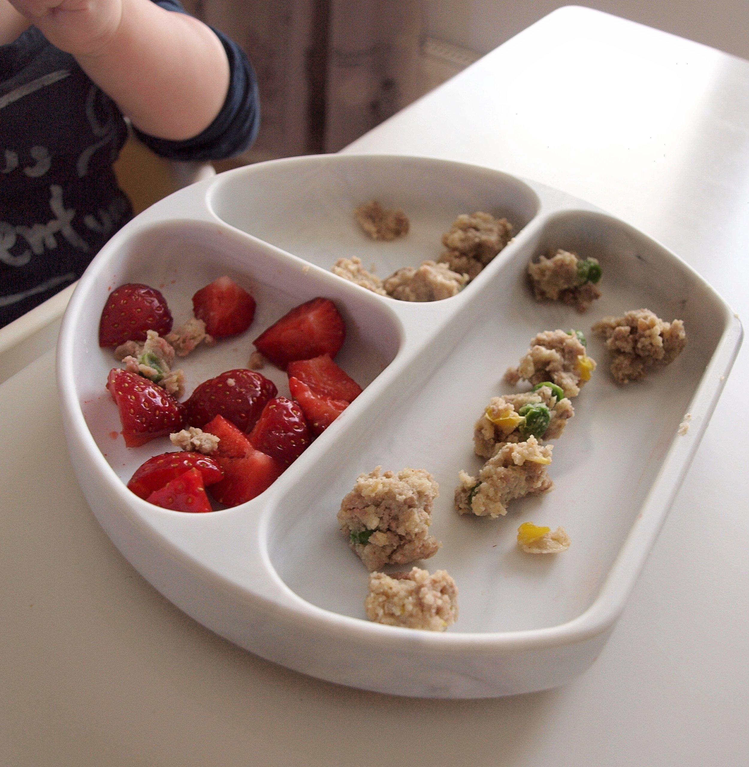 Broilermuffinsit ja mansikat. Muffinsit maistui parhaiten pieneksi paloiteltuna.