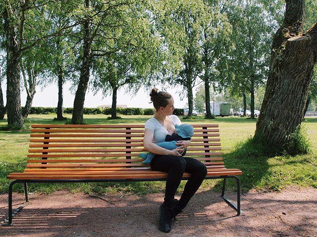 #imetysviikko2019 Imetys on nyt pinnalla - ihana lukea ihmisten imetystarinoita ja kokemusia. Jotenkin kaikkien tarinoiden ja keskustelujen keskellä koin tärkeäksi jakaa imetyksen turvamerkit. Mistä tiedät että täysimetetty vauva saa riittävästi ravintoa rinnalla: 🔸Vauva pissaa vähintään 5krt/vrk 🔸Alle 6 viikkoinen vauva kakkaa päivittäin, tästä isommilla väli voi olla pidempikin 🔸Vauva kasvaa (alle 6kk min 500g/kk) 🔸Vauva imee tehokkaasti 🔸Vauva käy rinnalla vähintään 8-12krt vuorokaudessa 🔸Imetys ei satu  Meidän imetyksen alkutaival oli kivulias, imuotteessa oli jotain korjattavaa. Saimme tämän kuntoon löytämällä meille sopivat imetysasennot. 🙏🏻 Vaikein jakso imetyksessä tuli vastaan 3kk iässä, kun alkoi ensimmäinen selkeästi erotettavissa oleva tiheän imun kausi. 0-2kk aika oli meillä jatkuvaa tiheää imua, sitten alkoi hieman tasaisempi ja rauhallisempi jakso kunnes tuo 3kk koitti ja imetin taas enemmän tai vähemmän 24/7. Muistan miten ahdistavalta tämä tuntui siinä hetkessä, kun olin jo saanut hieman vapautta. Nyt ajateltuna sekin oli vain yksi vaihe ja kesti noin viikon. Siitäkin selvittiin! 🙏🏻🥰 Kiitos @imetyksentuki hienosta työstä mitä teette imetyksen eteen!