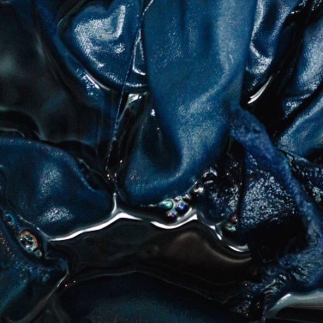 ___Das experiências que queremos viver e proporcionar. Sob chuva intensa compartilhamos um final de semana azul com a @aiginska. De forma generosa e verdadeira, Marina Stuginski nos contou sua relação com o Índigo e trouxe conhecimento, dividindo seus estudos e técnicas para que todas pudessem desenvolver seus trabalhos com liberdade e autossuficiência. Ver o azul vegetal se revelar de uma tina com folhas secas elaborada com fruta madura e suas reações químicas, foi mágico e inspirador . Os registros feitos pela @tarcilazanatta contam um pouco desse encontro  #tingimentonatural #indigovegetal #indigoblue