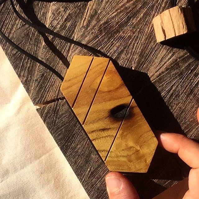 | PRODUÇÃO MANUAL EM MADEIRA |  Quer aprender a produzir manualmente peças de design especiais em madeira de recuperação? Fernando Bertolini ensinará processo de criação de acessórios únicos através de etapas de composição, corte/lixa, furacão e amarração.  Vem com a gente . 8/JUNHO - Sábado  Florianópolis-SC R$180 ou 3x R$60 . As inscrições podem ser feitas pelo nosso site [www.acasaame.com] ou pelo e-mail [ame.coresbotanicas@gmail.com]