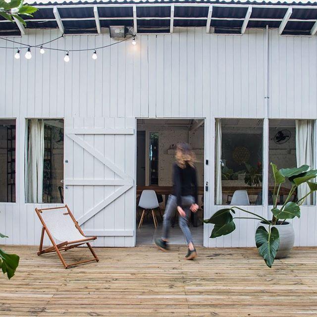Um espaço colaborativo, em meio à natureza, com portas e janelas abertas a artistas, artesãs e artesãos, criativas e criativos e pessoas que tenham como eixo norteador a vontade de se desenvolver com consciência e autonomia.  Com toda infraestrutura presente, nossa Casa também oferece espaço para locações privadas. Fotos: @lucyhallak