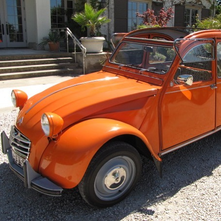 A vintage @Citroen in Vin Fraîche orange? We think we need one of these for cruising the vineyards! #vinfraîche #citroen #drinkfraîche