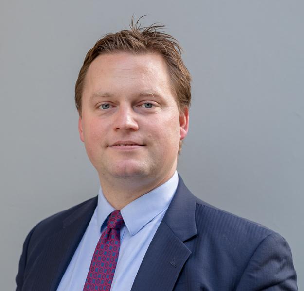 مايكل بولاك (LLB، BPTC، LLM (القانون الدولي العام) -
