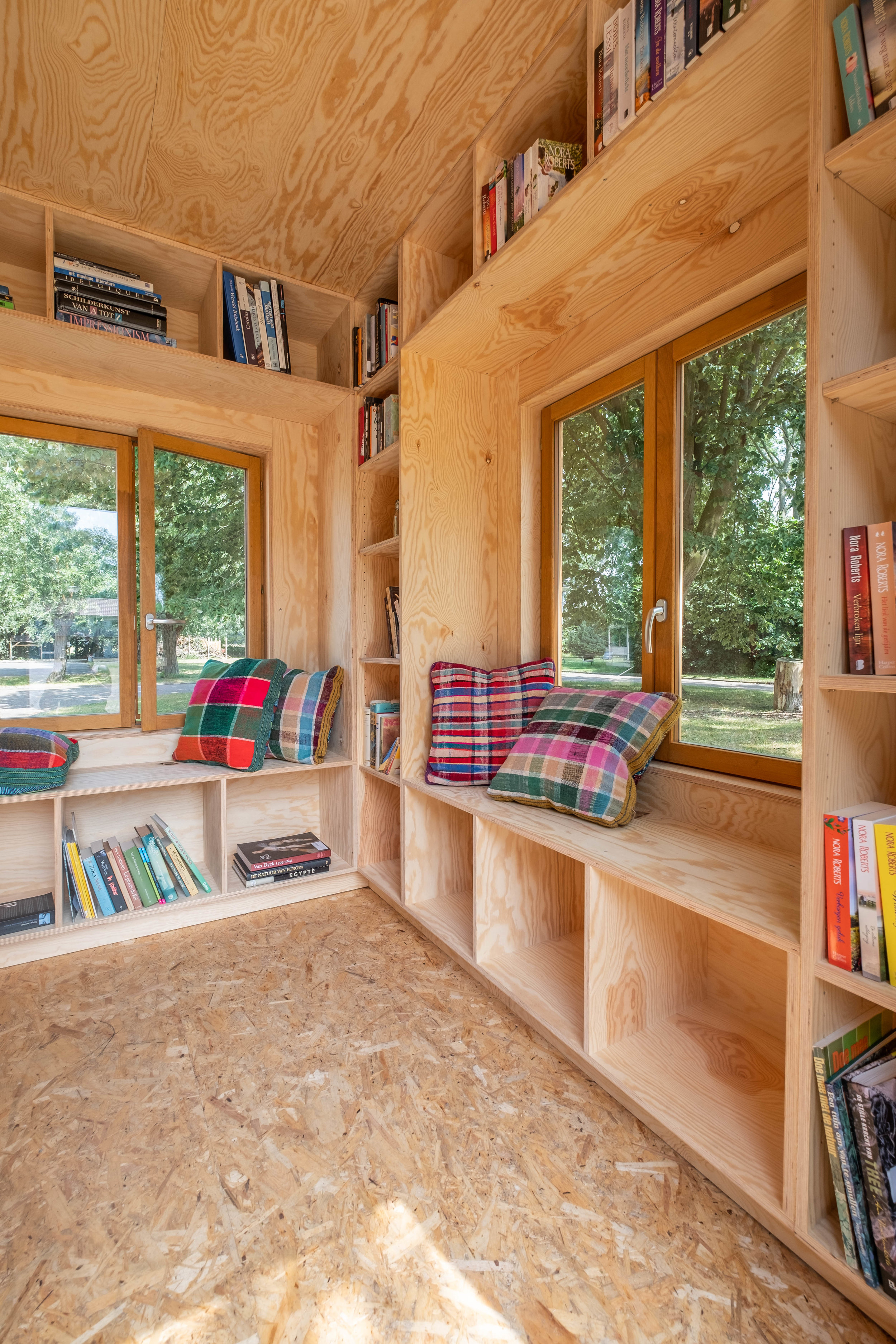 Outdoor Library - A quiet, fully furnished library for book-lovers or as a home-office.