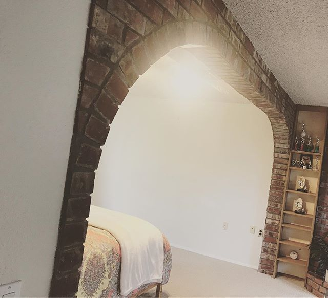 You heard it here first: brick archways are going to be the must have interior feature of 2020. #questionableinteriordesignchoices . . . . #ryan #conciergeseattle #agentsofcompass #compasseverywhere #compasswashington #seattlerealestate #seattlehomes #realtor