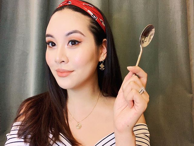🥄A very simple trick for achieving the cut crease. It's particularly helpful for Asian eyes. I'm not the first person to do this, but I do have a lot of experience! Plus, I've got a couple more tips to make smaller eyes appear wider and more awake. Click the link in bio to read the latest. 🥄