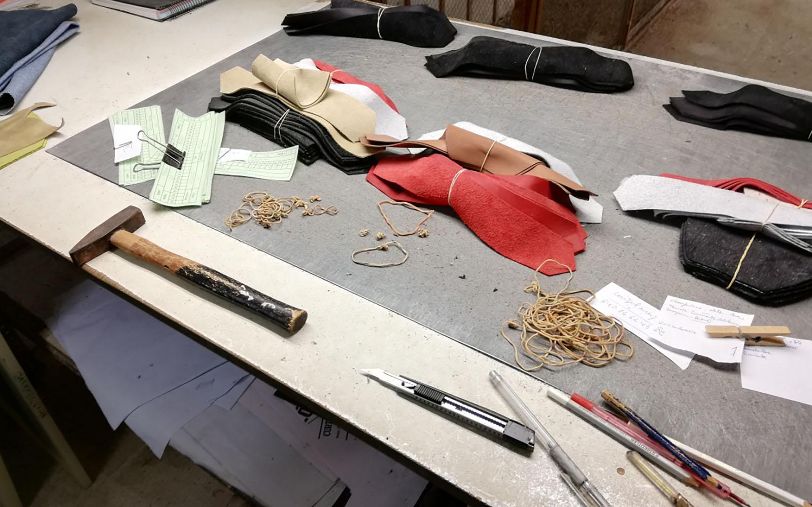 Préparation des cuirs pour le montage en production.