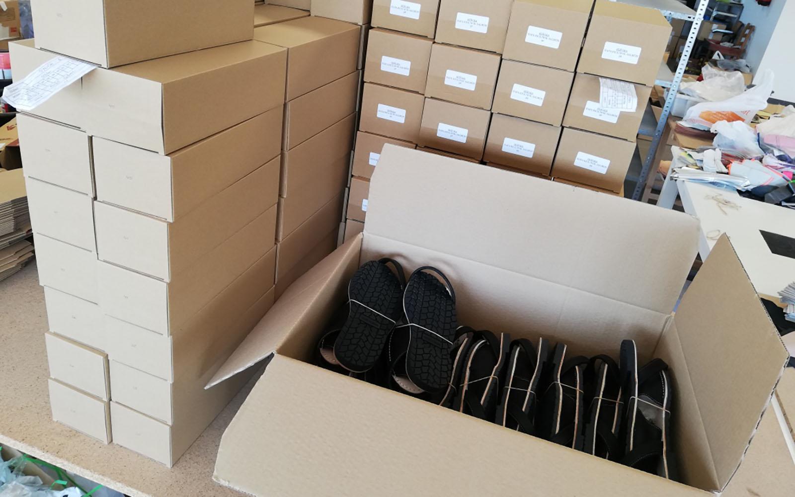 Avec une équipe de 9 ouvriers à temps plein nous produisons en moyenne 80-100 paires par jour.