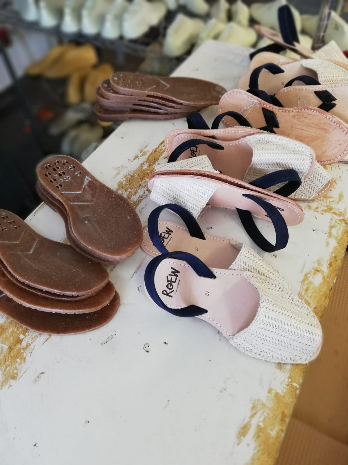 Fabriqué à Ménorque - SANDALES et CHAUSSURESC'est sur une petit île des Baléars où depuis 2016 nous fabricons à la main tous nos souliers en petites series.en savoir plus ici