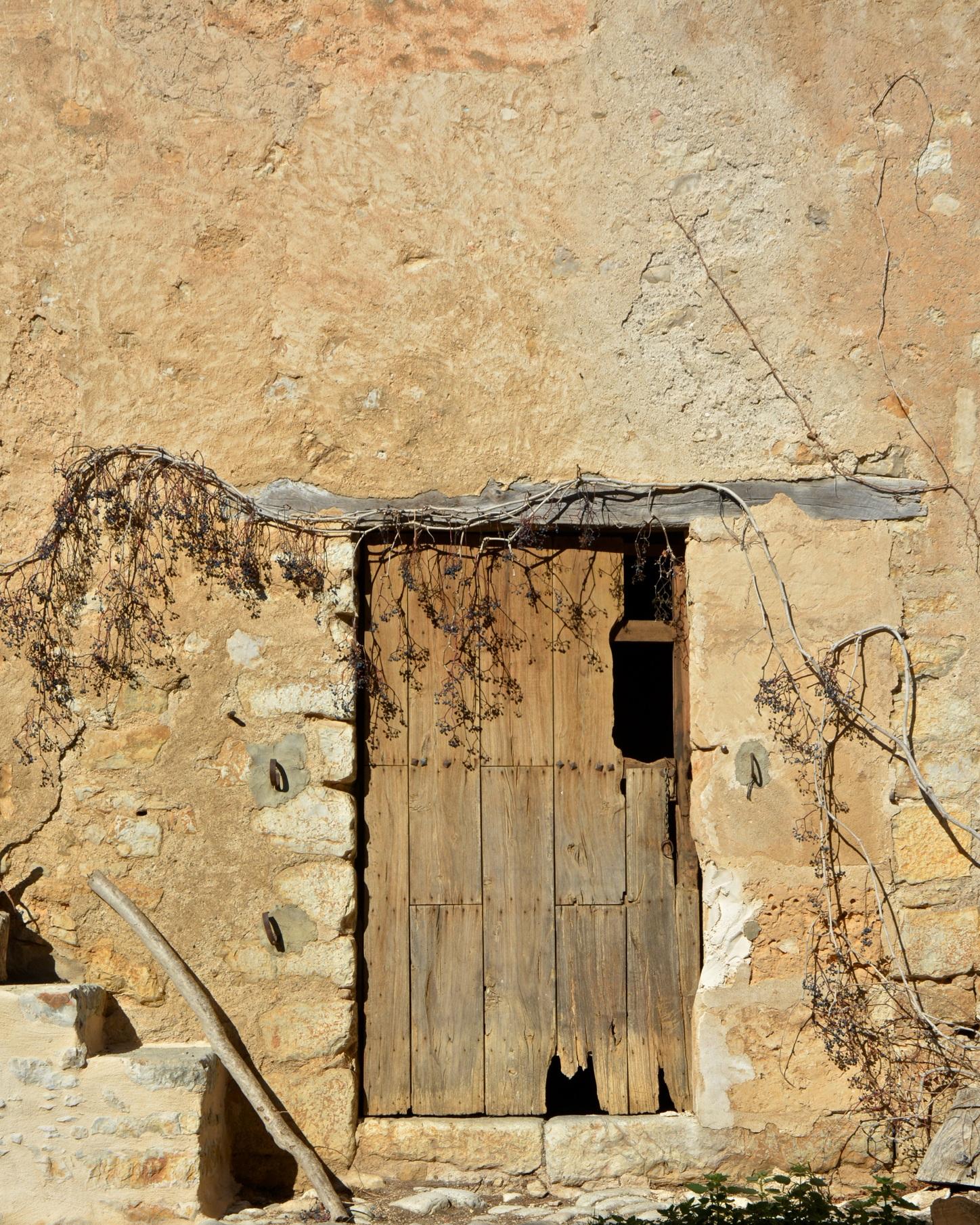 espanyolet_mediterranean_marais_wall_rustic_door.jpg